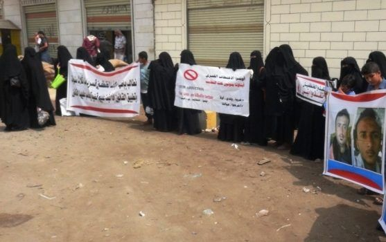 وقفة احتجاجية لأمهات المعتقلين في سجون تديرها الإمارات في اليمن