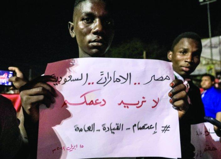 قيادي بالحزب الشيوعي السوداني: الانقلاب تم بدعم أبوظبي والرياض وستتم تصفية الإسلاميين