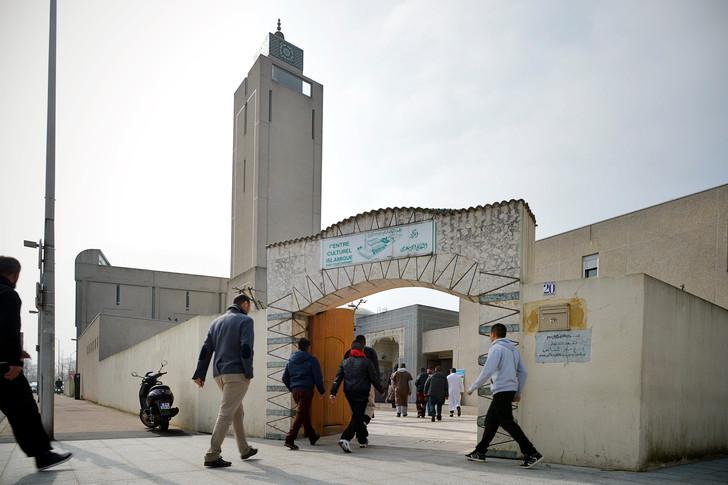 المغرب يقيل رئيس أحد أكبر مساجد باريس على خلفية إفطار على شرف وزير إماراتي