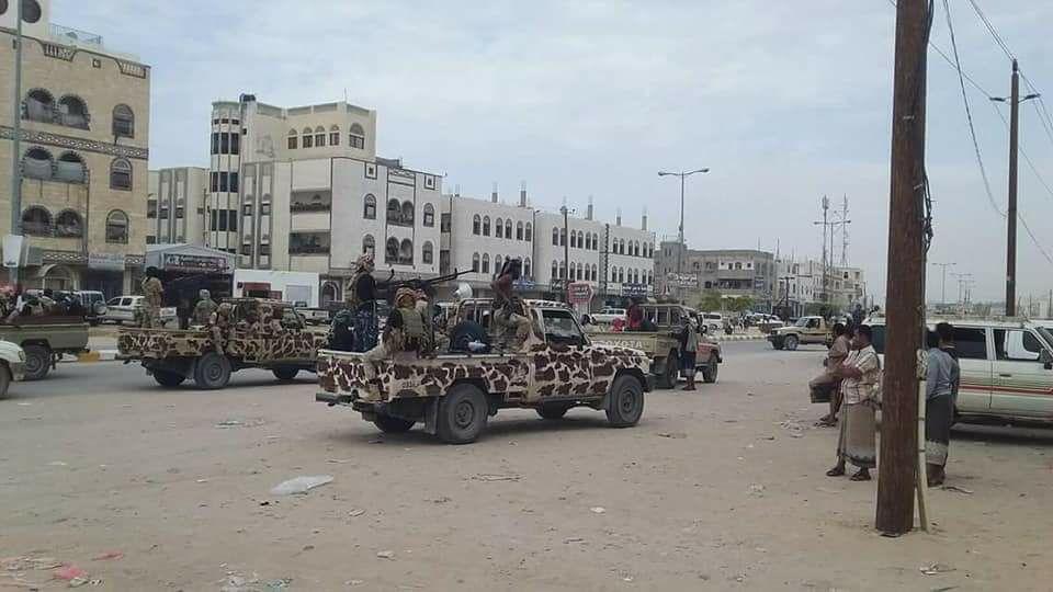 قوات يمنية تطوق نقطة عسكرية لقوات