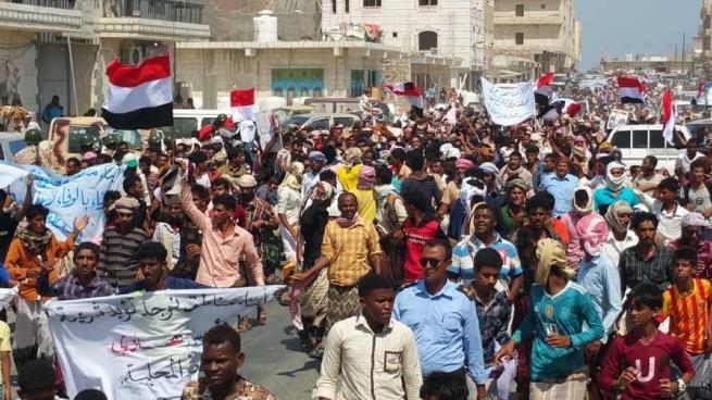 تظاهرة حاشدة في سقطرى اليمنية تأييداً للحكومة الشرعية ورفضاً لممارسات الإمارات