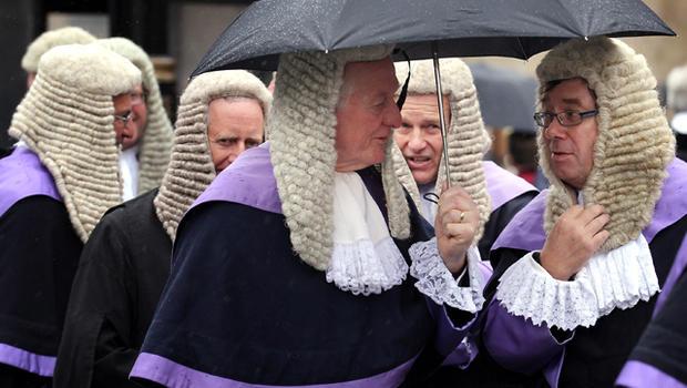 القضاة البريطانيون في الإمارات بين خيارين: تحدي انتهاكات حقوق الإنسان أو الاستقالة